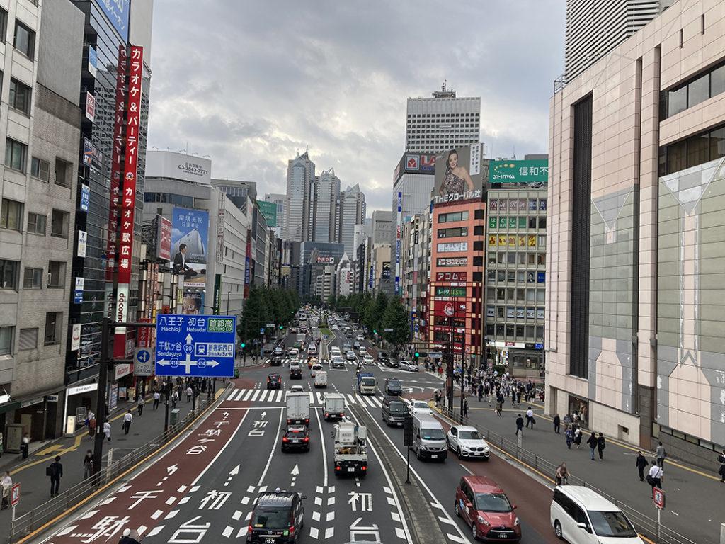新宿駅南口の歩道橋から初台方面を見渡す