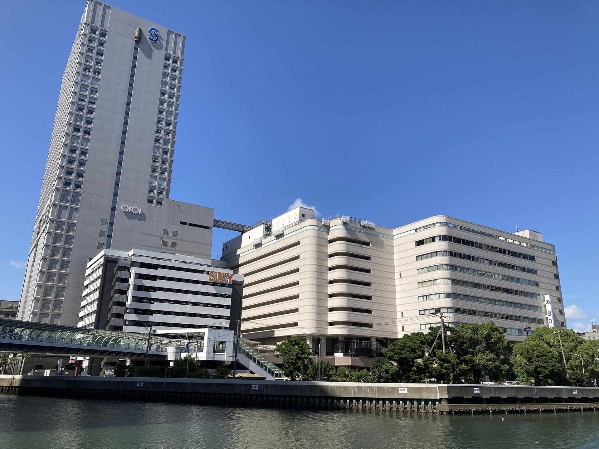 駅の裏側から見た横浜そごうとスカイビル